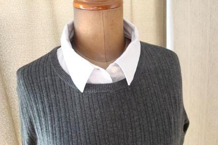 カットソーシャツ コットンシルクが肌に気持ちいい リブ編みクルーネックニットとあわせたところ