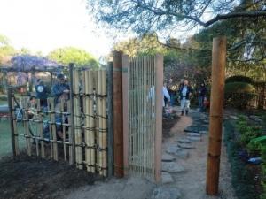 飛石と竹垣と門