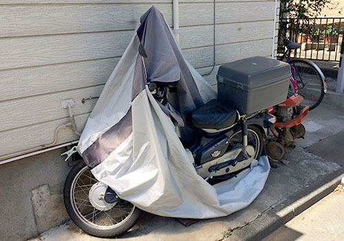 破れたバイクカバー