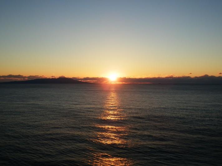大島を望む伊豆熱川の日の出