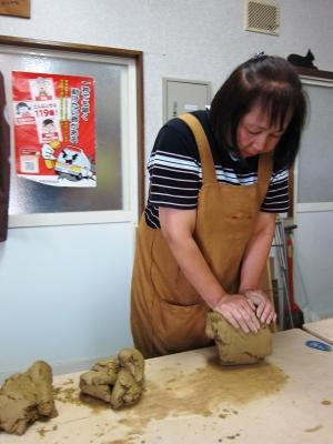 粘土をこねています