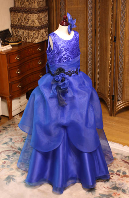 愛知県のお子様の好みを取り入れた、ドレスのデザイン ラウンドネックを採用
