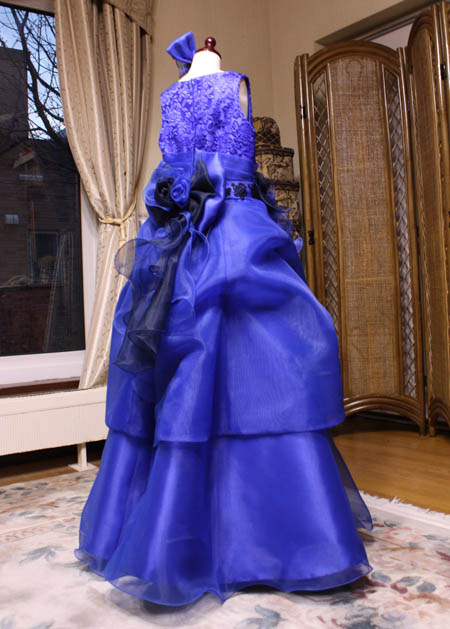 ステージ映えのするシルエットを作成 ブルーカラーの子供用ドレス制作