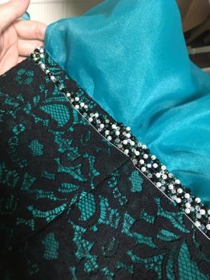 ハンドメイドによる手作業でドレスを製作