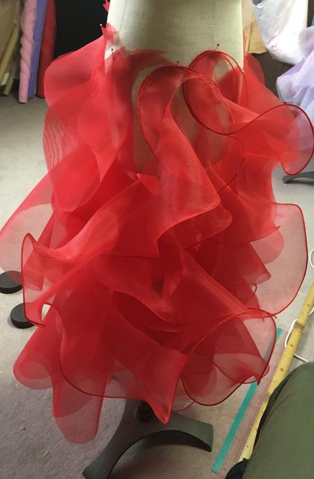 スカートを可愛らしく演出するフリルドレス