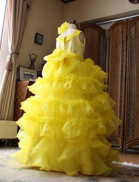 黄色のコンサート用ドレス 後ろ姿