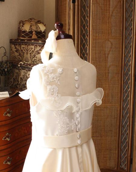 上半身の後ろ姿 くるみボタンで上品に演出するドレス
