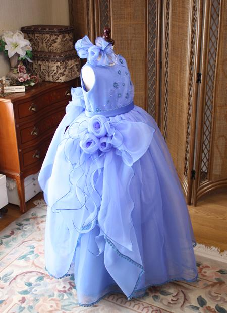 可愛らしいベルラインのボリューミーな子供ドレス 大きめのリボンがとっても素敵