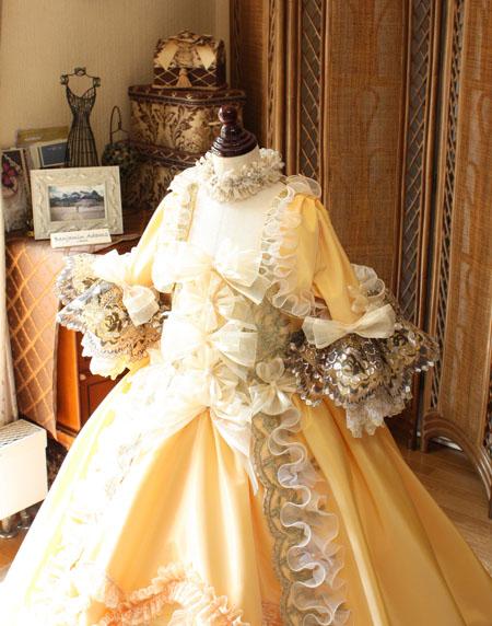 パコダスリーブのアンティークスタイルドレス