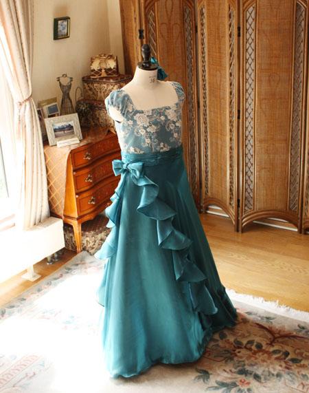 スレンダーAラインのロングドレス