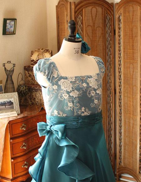 胸元のシャンパンレースと上半身デザイン