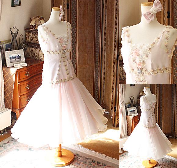 ライトピンクのモード系ドレス