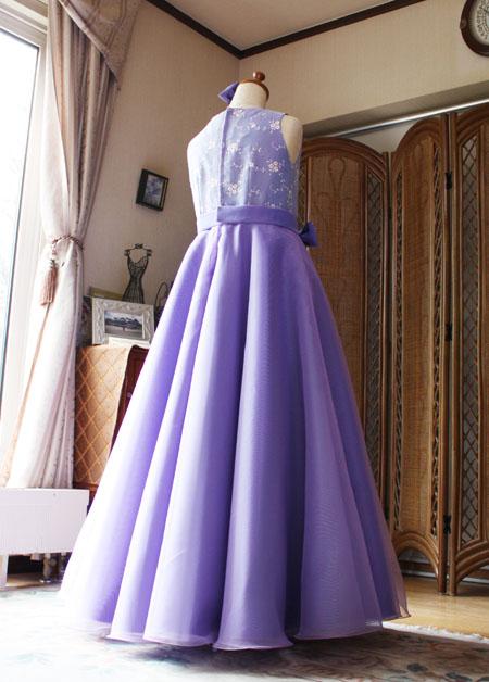 エレガントなシルエットが特徴的なジュニアサイズドレス