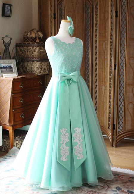 リボンデザインが特徴的なロングドレス