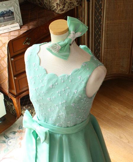 ヘッドドレスと胸元のデザイン