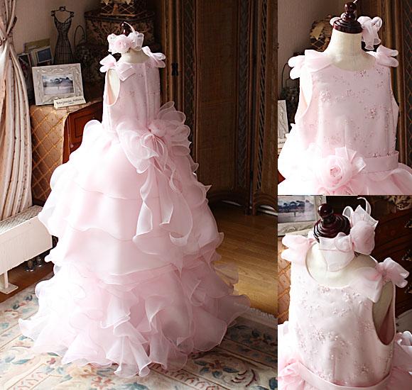 リボンとコサージュを施した豪華なデザインの子供用ドレス