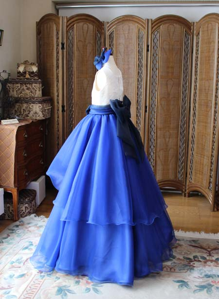 ボリュームのあるジュニアサイズドレスのシルエット