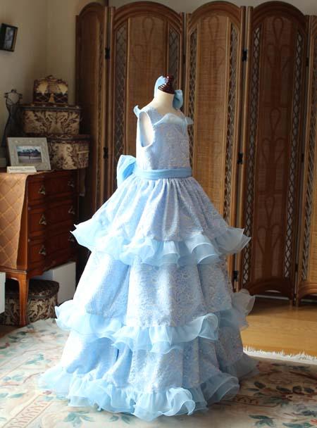 ティアードスカートとレース素材のドレス