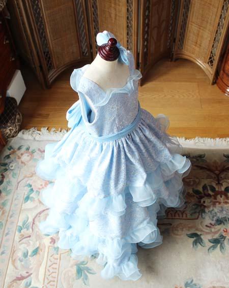 ボリュームのあるスカートと可愛いデザインのジュニアサイズドレス