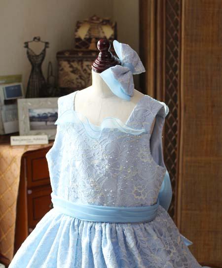 スクエアネックの子供用ドレスデザイン