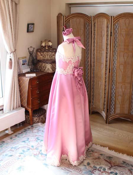 ローズピンクのロングドレス バックスタイルデザイン