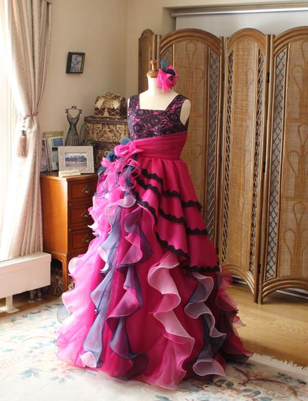 ベルラインシルエットとアシンメトリーデザインのドレス