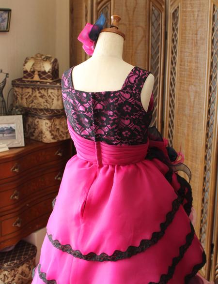 細かいディテールデザインのバックスタイルドレス