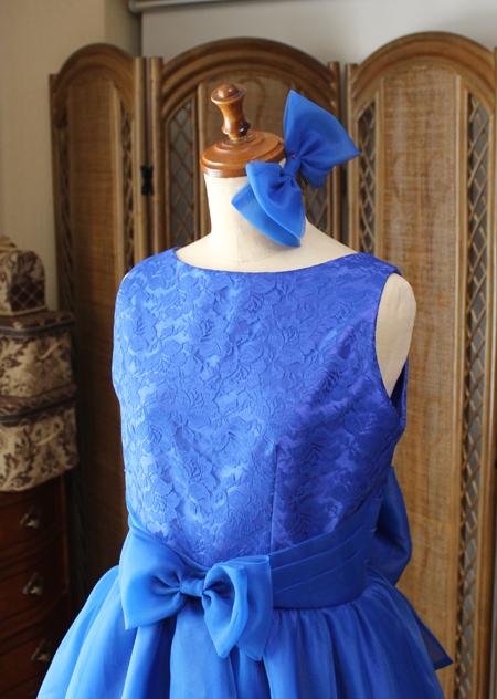 ウェストのタッキングデザインとヘッドドレスのリボン