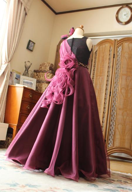 エレガントなシルエットとシルクオーガンジー素材のドレス ステージ映えするデザインです。