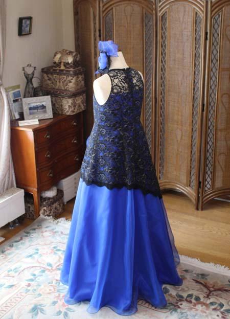 フレアの効いたAラインシルエットのドレス