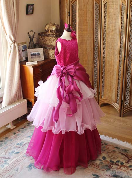 チェリーピンクのキッズモデル用のドレス ピンク