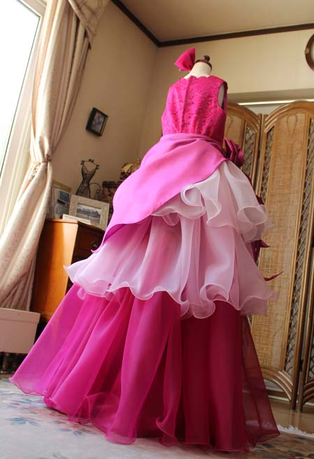 綺麗なシルエットと素敵なデザインのドレス