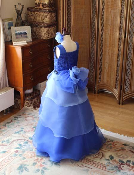 可愛らしいシルエットの小学生用ドレス