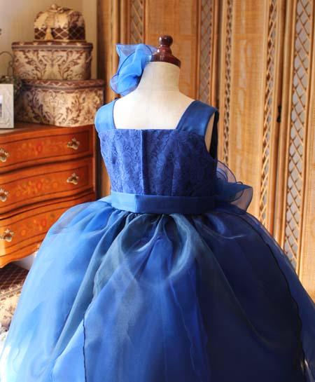 上半身の後ろ姿 ドレスのデザイン