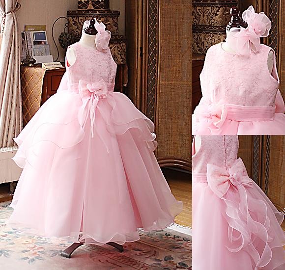 ボリューム感とフレアの効いた優雅なシルエットの子供用ドレス