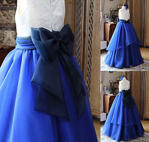 ボリュームのあるスカートとリボンのドレス
