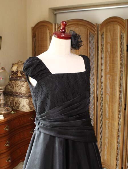 トップスのデザイン ブラックのロングドレス