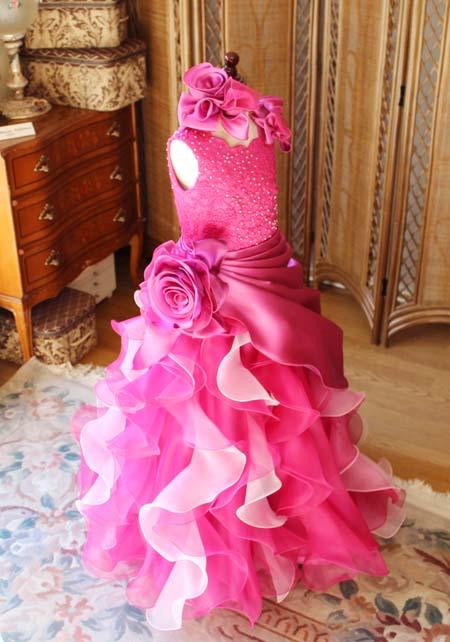 Aラインスカートと豪華なデザインのジュニアドレス
