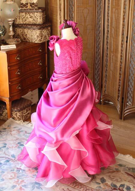 ドレスのバックスタイルとドレープスカート