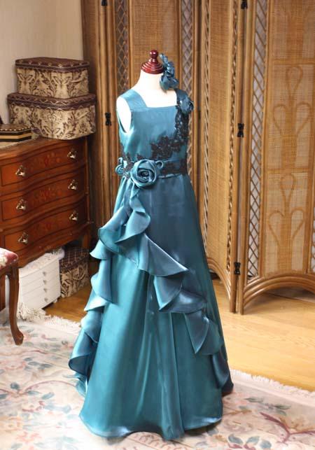深みのあるグリーンカラーのジュニアサイズドレス