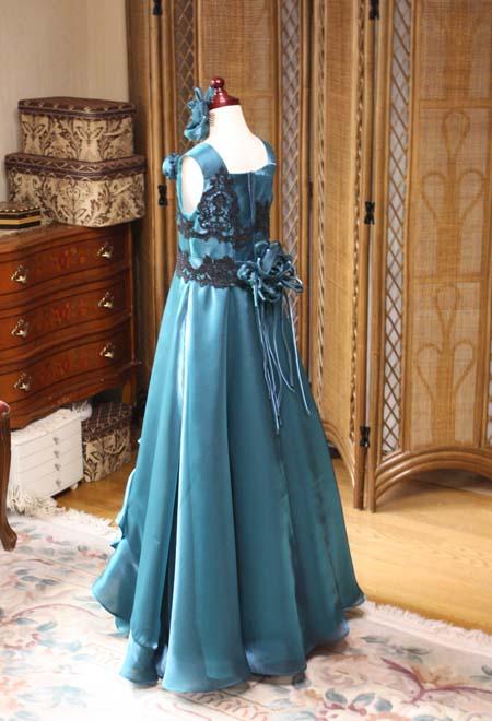 スレンダーラインのジュニアサイズのロングドレス