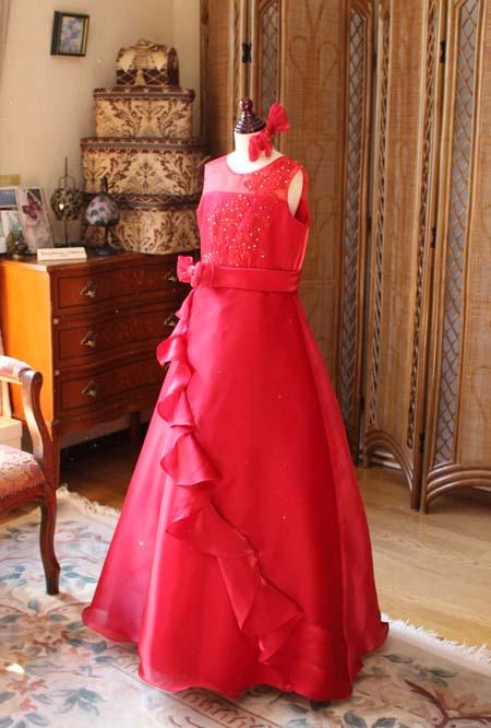 スカートデザインとスレンダーラインを基調とするスカート