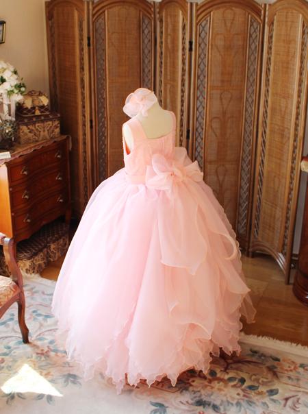 バックスタイルのスカートとリボンデザイン