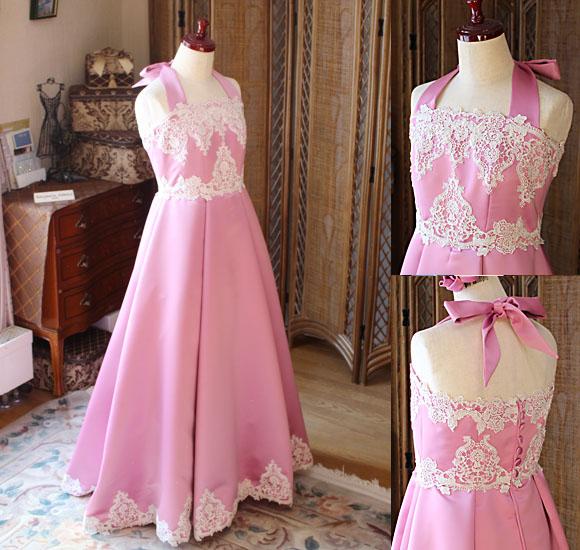 ウェディングドレスを連想させる胸元のレースが素敵なロングドレス