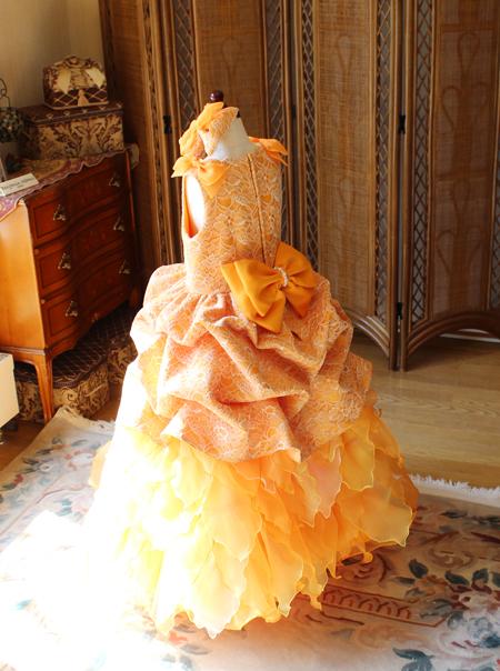 リボンがキュートなバックスタイルドレス ドレスの後ろ姿