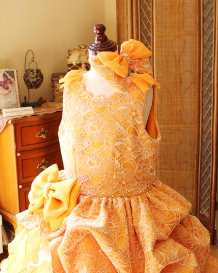ヘッドドレスと両肩のリボン、トップスの詳細