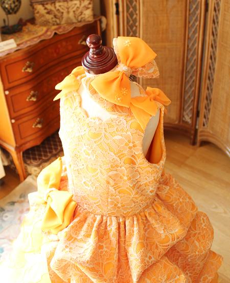 ヘッドドレスのリボンとカットワークネックライン