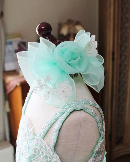 リボンとコサージュを表現するヘッドドレス
