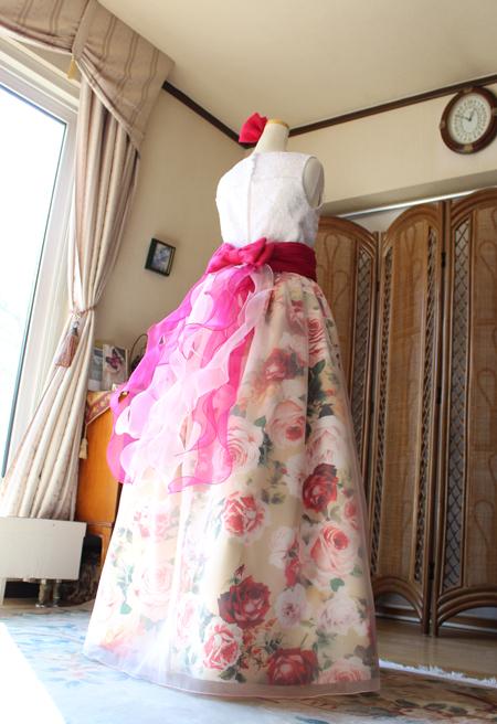 リボンとフリルをポイントデザインに施したスカートライン