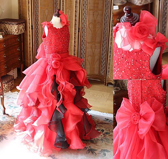 着る方や見る方を魅了するインパクトを与えるレッドのジュニアドレス